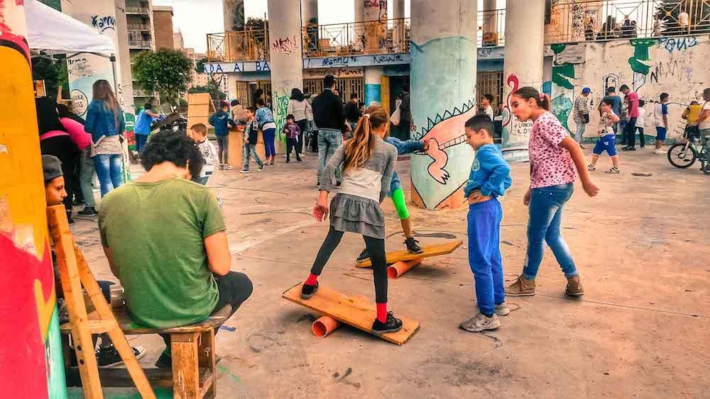 Come i bambini di Scampia da 10 anni stanno cambiando il mondo, giocando con un mammut - Fondazione Angelo AffinitaCome i bambini di Scampia da 10 anni stanno cambiando il mondo, giocando con un mammut - Fondazione Angelo Affinita